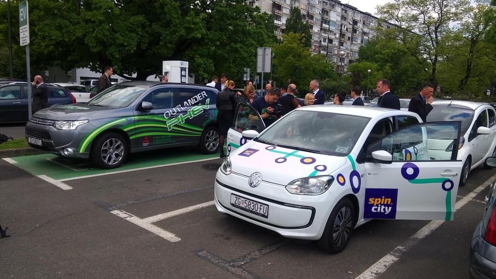 Hibridni Mitsubishi i električni Spin City E-Up čekaju na punjenje. Foto: Filip Slavujević