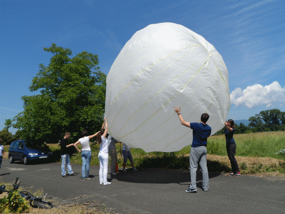 Studenti diplomskog studija Aeronautike pune balon vlastite izrade toplim zrakom.