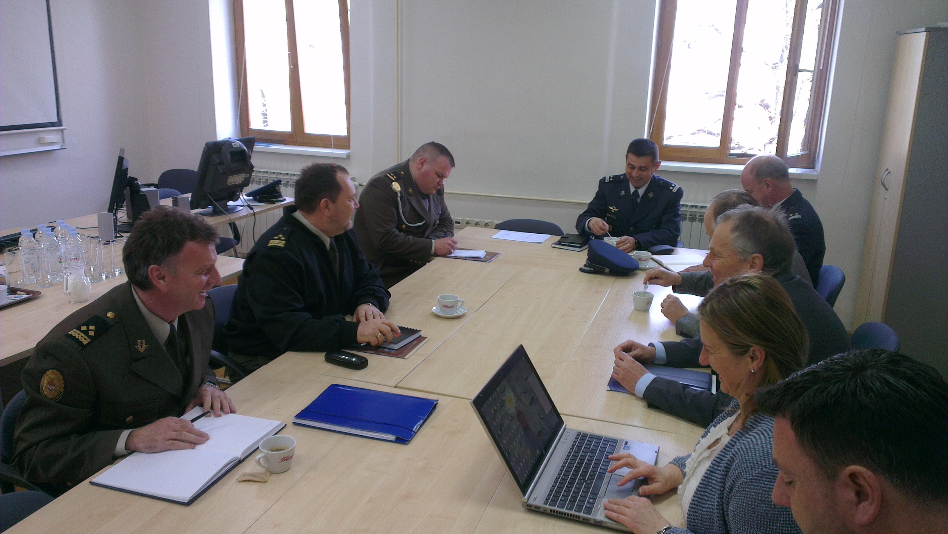 Sudionici radnog sastanka u zbornici Zavodu za aeronautiku